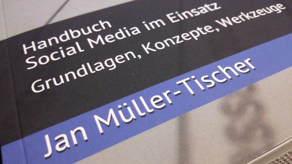 """Handbuch """"Social Media im Einsatz"""" für Pressesprecher von Stäben, Leitstellen und Hilfsorganisationen."""